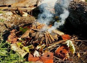 Foc de tabără cu vatră improvizată