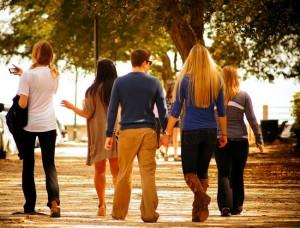 Grup de persoane la plimbare