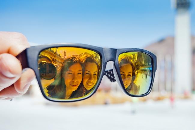 Ochelarii wayfarer style cu lentilă oglindă și ramă albastră