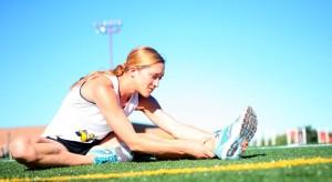 Alergătoare executând exerciții de stretching în aer liber